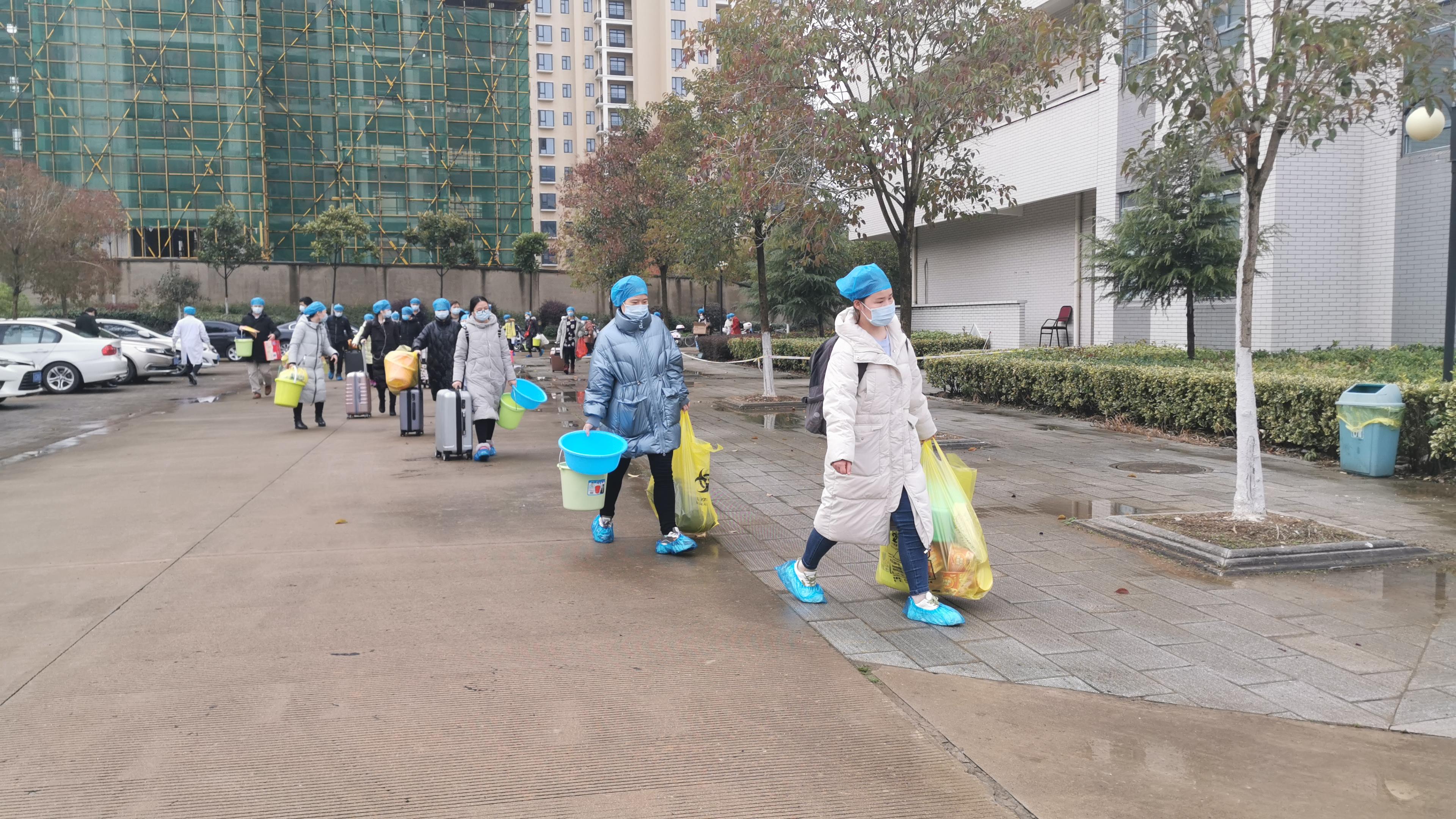 东南院区首批进入隔离病区的医务人员今日交接